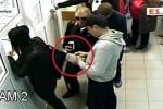 Clip: Tên trộm 'lịch thiệp' trả ví cho cô gái không chịu xếp hàng