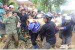 Dân Mù Cang Chải đội mưa đón thi thể bé trai bị lũ cuốn trôi đến Lai Châu