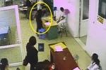 Video: Côn đồ hung hãn lao vào bệnh viện hành hung nhân viên y tế