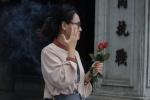 Nam nữ mang hoa hồng tới chùa cầu duyên ở Hà Nội ngày Valentine