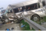 Va chạm với tàu hỏa, xe 16 chỗ bẹp dúm, 1 người chết