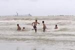 Nghệ An: Biển động nguy hiểm, sóng cao cả mét, du khách vẫn dẫn cả trẻ nhỏ xuống tắm