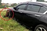 Clip: Chủ xe bất ngờ khi 'bắt quả tang' thủ phạm làm xước sơn ô tô