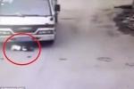 Em bé nhanh trí sống sót kỳ diệu sau khi bị 'nuốt chửng' dưới gầm xe tải