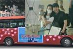 Fans Đông Nhi chịu chơi mang cả xe buýt chào đón thần tượng trở về