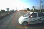 Clip: Ô tô nghênh ngang quay đầu chạy ngược chiều, suýt gây họa thảm khốc