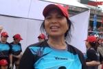 Xem phụ nữ U60 Hà Nội thi bơi chải thuyền rồng ở hồ Linh Đàm