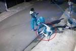 Clip: Cụ ông 70 tuổi cầm chổi đánh 4 tên cướp chạy trối chết