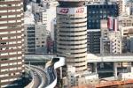 Cận cảnh đường cao tốc xuyên qua tòa nhà 17 tầng ở Nhật Bản