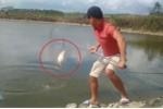 Clip: Cá lớn cắn câu vẫn quẫy mạnh, thoát lưới của cần thủ ngoạn mục