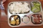 Hà Nội: Phụ huynh tố trường cắt xén, bữa ăn học sinh 'lèo tèo' rau thịt