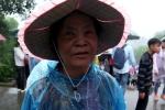 Cụ bà gần 80 tuổi vượt nghìn cây số, háo hức leo hơn 500 bậc lễ Vua Hùng