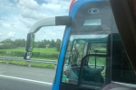 Tài xế xe khách lái xe bằng chân trên cao tốc TP.HCM – Trung Lương