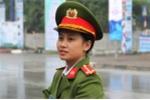 Nữ công an xinh đẹp bảo vệ trước khách sạn Chủ tịch Tập Cận Bình ở Hà Nội