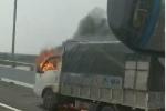 Clip: Xe tải bốc cháy ngùn ngụt trên cao tốc Hạ Long - Hải Phòng