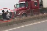 2 cô gái phóng xe máy ngược chiều vun vút trên cao tốc Thăng Long - Nội Bài