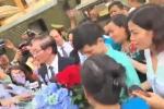 Clip: Dân vây quanh, tặng hoa bác sỹ Hoàng Công Lương sau tuyên án