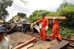 Video: Xe tải cố tình băng qua đường ray bị tàu tông nát, 2 người chết thảm