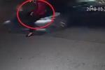 Clip: Ngồi bấm điện thoại dưới lòng đường, 'ninja Lead' bị ô tô tông