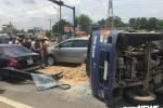 Xe tải tông thẳng vào 2 xe con, lật nhào giữa Sài Gòn