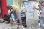 Dẹp 'cướp' vỉa hè ở TP.HCM: Dân hối hả đập bỏ bậc tam cấp lấn chiếm