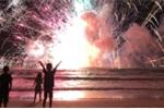 Video: Hàng ngàn quả pháo phát nổ khiến đám đông hỗn loạn tại bờ biển Australia