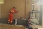 Lính cứu hỏa men theo gờ tường tầng 15, vật vã cứu cô gái đòi tự tử