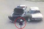 Clip: 2 ôtô đâm nhau, người đi bộ thoát chết thần kỳ như phim hành động