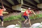 Clip: Lác mắt xem bắt cá bằng gậy dễ như bỡn