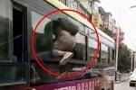 Clip: Tài xế xe buýt nhanh trí đóng cửa, trộm vật vã chui qua cửa sổ thoát thân