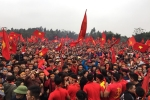 Hàng nghìn người kéo về sân bóng trước nhà Quang Hải cổ vũ U23 Việt Nam