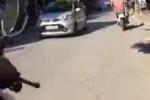 Cảnh sát bám trên nóc ôtô ngăn tài xế đi vào đường cấm