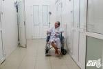 Cụ ông 85 tuổi 'được' công an canh giữ trước cửa nhà đã nhập viện cấp cứu