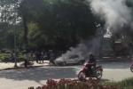 Clip ôtô bất ngờ bốc cháy, xì khói trên phố ở Hà Nội