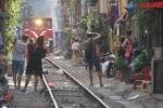 Video: Khách Tây liều mạng đổ xô ra sát đường ray chụp ảnh tàu chạy ở Hà Nội