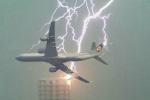Video: Vừa cất cánh, máy bay bị sét đánh giữa trời