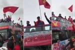 Clip: Xe buýt 2 tầng chở U23 Việt Nam diễu hành giữa biển người