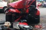 Đứng tim chờ giải cứu tài xế mắc kẹt trong xe sang bị nạn ở Sài Gòn