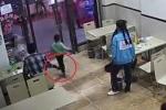 Phẫn nộ clip bà bầu cố tình ngáng chân bé trai 4 tuổi trong nhà hàng