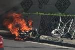 Xe máy bốc cháy ngùn ngụt, người đàn ông bất chấp nguy hiểm tháo dỡ hàng hóa chở theo