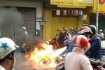 Xe máy bốc cháy ngùn ngụt giữa phố Sài Gòn