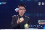 Clip: Bé trai 12 tuổi vừa tung hứng vừa giải rubik thần tốc