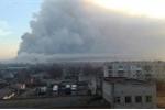 Video, Ảnh: Hiện trường nổ kho vũ khí khiến 10.000 người sơ tán khẩn ở Ukraine