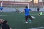Video: Cầu thủ đường phố Argentina biểu diễn kỹ thuật đá phạt khiến thủ môn bất lực