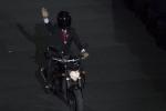 Tổng thống Indonesia chạy mẫu môtô gì trong lễ khai mạc ASIAD?