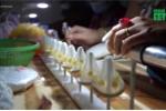 Video: Bắt quả tang dùng keo dán xăm lốp làm bao cao su giả ở TP.HCM