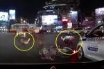 Clip: Chó cưng chạy mất hút, mặc chủ nằm chỏng chơ giữa đường sau va chạm