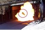 Clip: Nổ thuốc súng kinh hoàng, lửa bùng lên nuốt chửng nam công nhân