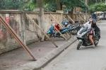 Phá bức tường đỡ bằng trăm cột chống sập ở Hà Nội
