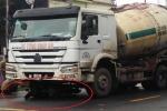 Đi xe máy tự ngã ra đường, 2 người bị xe trộn bê tông cán chết